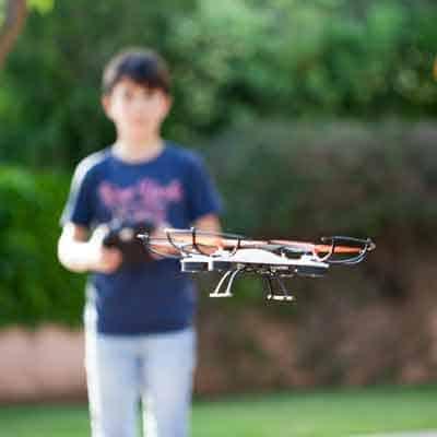 Niño con dron