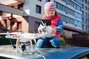 Niño con dron peligroso