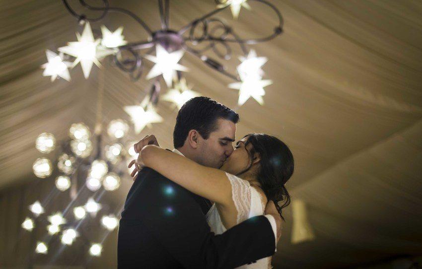 Baile de boda, beso novios